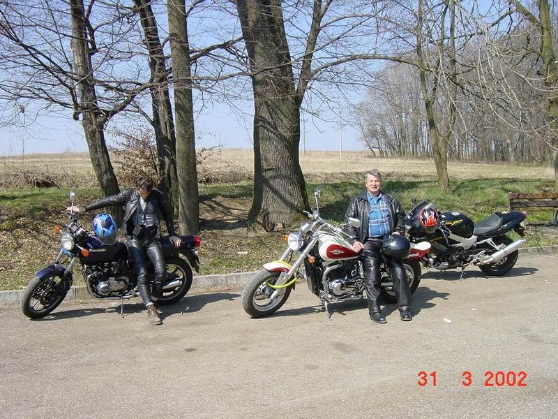 <b>Na parkovisku pri Gejzíri v Herľanoch</b>, Awia - kawa Z400J, Martin - Suzuki Marauder, a Honda VTR 1000F (bedo foti...)