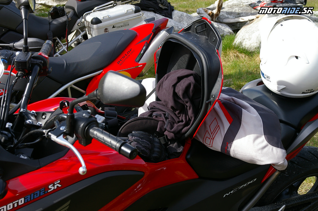 Honda NC700X v alpách - Do praktického odkladacieho priestoru namiesto nádrže sa zmestí zrkadlovka s tele objektívom, malý notebook, osobné doklady, nejaké tie rukavice, mikina, fľaša s vodou a kopa ďalších vecí.
