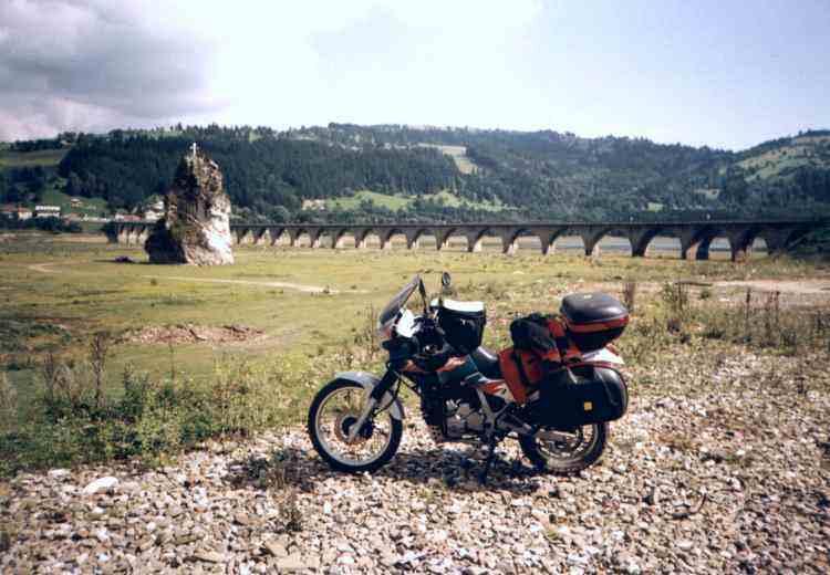 Most na začiatku najväčšieho jazera V.I.Lenina v Rumunsku