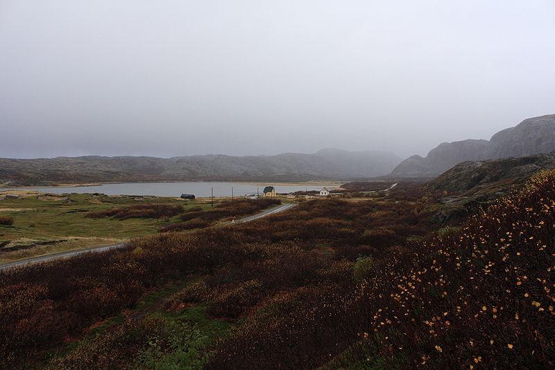 Dedina Grense Jakobselv, Nórsko a rieka Jakobselva vedľa ruských hraníc. Fotografia je urobená smerom na juh. na ľavej strane rieky je Rusko a na pravej strane Nórsko.