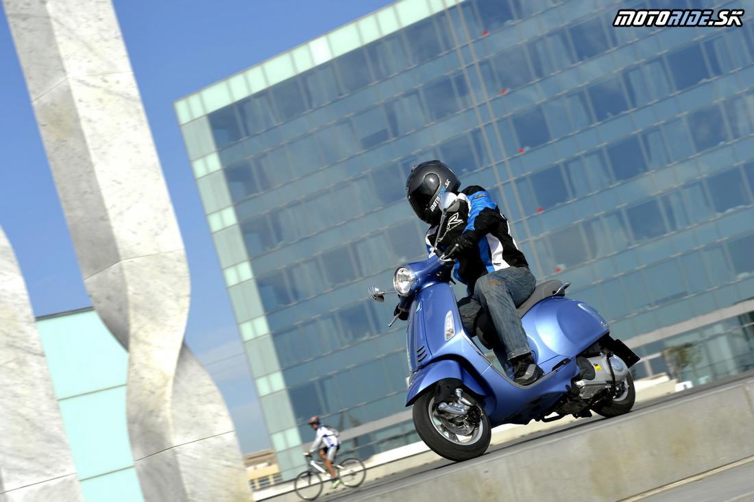 Test Vespa Primavera 2014 v uliciach Barcelony