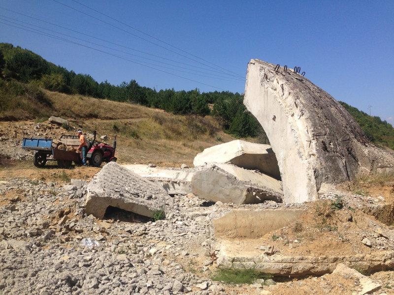Albanci postupne rozoberaju vsetky bunkre kvoli zeleznym roxorom