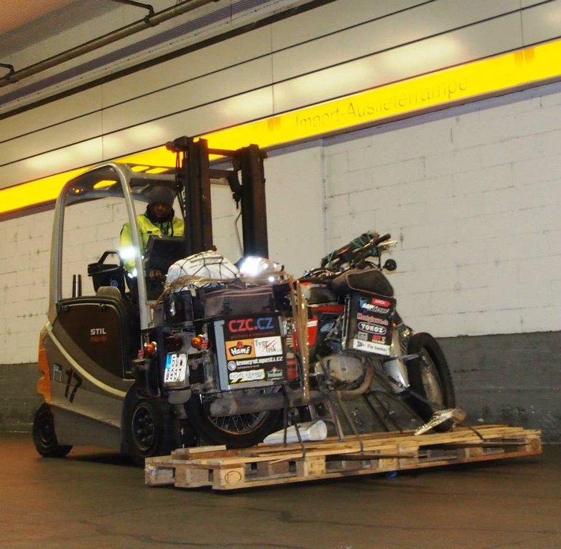 Jawa okolo sveta: Je tady-Frankfurt nad Mohanem - rampa LH Cargo 12.2.2014 v 21 00