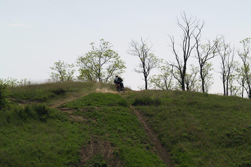 Prejazd hrebeňom kopca