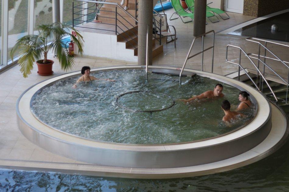 teplý bazén s vírivkou