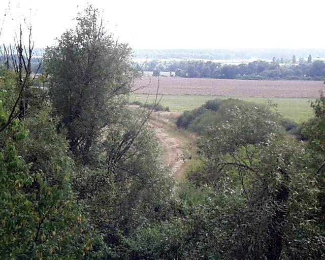 trať Tomášovce - Veľká Ves  - pohľad z mosta smer na ceste do Lučenca