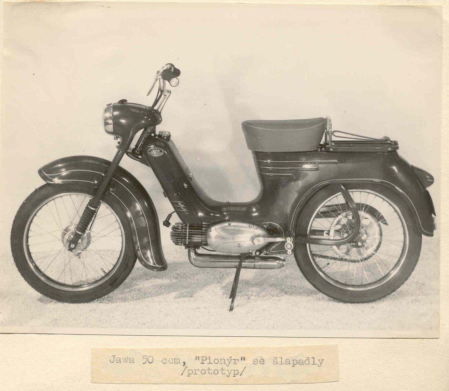 pražský moped tváriaci sa ako Pionier 555