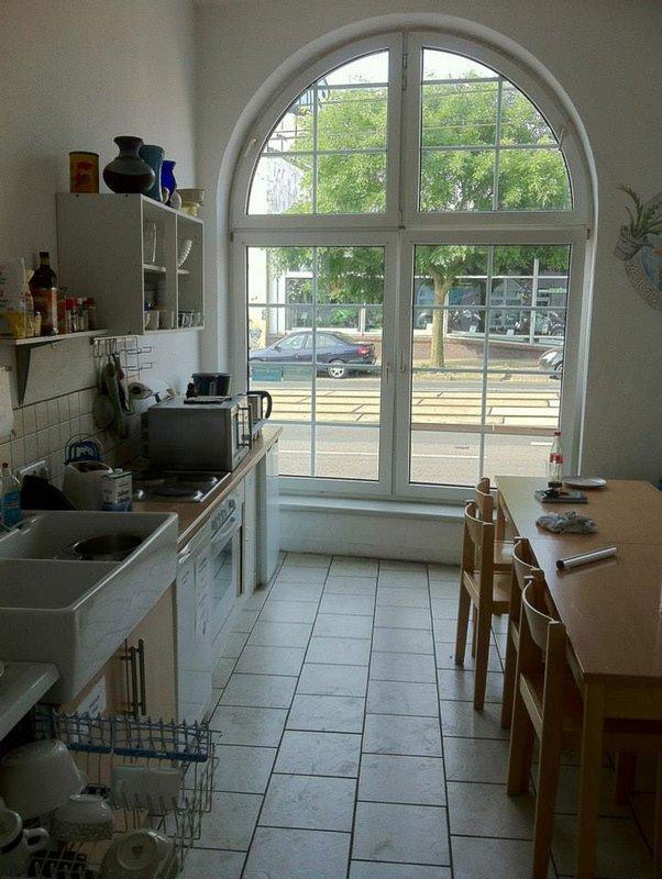 Kuchyňa v Hanse Hostel. Cez okno vidieť do výkladu predajne Kawasaki na druhej strane ulice. Motoservis je asi sto metrov na opačnú stranu. Rostock, Nemecko
