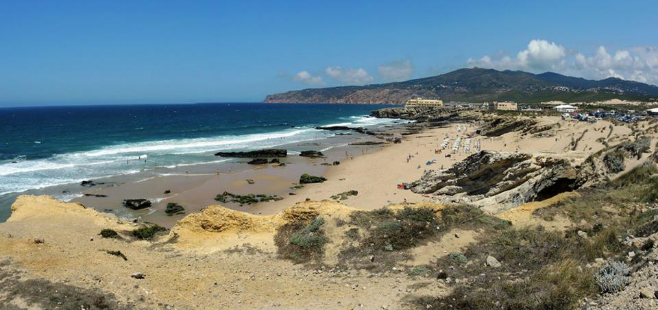 Cestou z Cabo da Roca jedna ilustračná na tému portugalské pobrežie a pláže. Cascais, Portugalsko