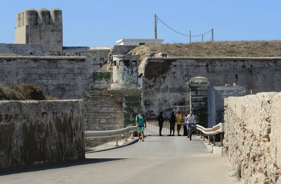 Punta de Tarifa stále žije tým, čím žila celé veky prístupná len povolaným osobám  tým, ktorí tento náš svetadiel bránia, alebo tým, ktorí dobýjajú. Turisti sa za povolaných nerátajú a môžu len pozerať cez mreže.