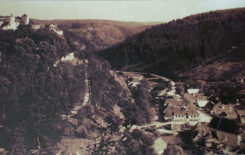 hrad Bítov so starým Bítovom, ktorý je už pod hladinou vody rieky Dyje