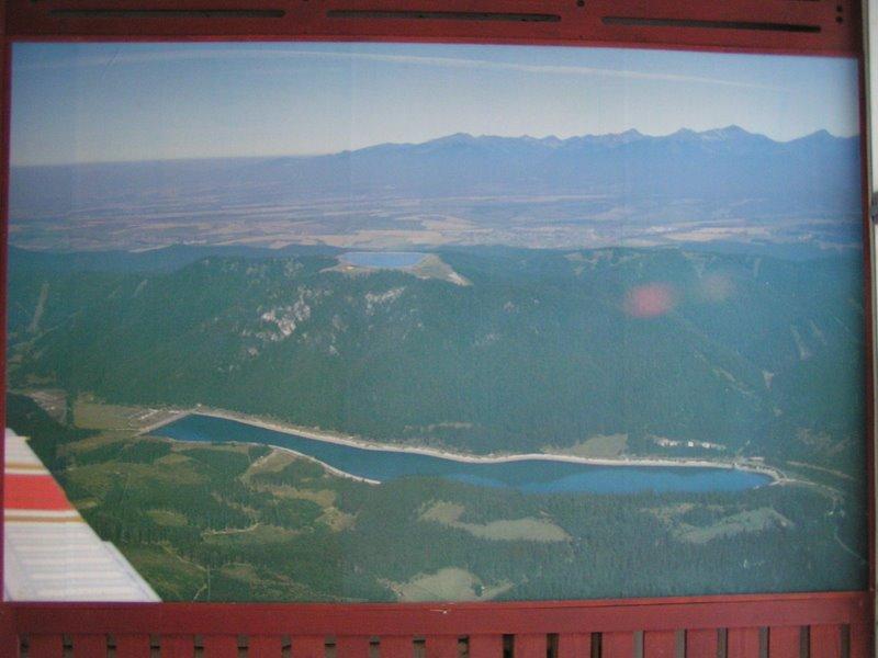 Vodná elektráreň Čierny Váh, letecký pohľad na obe nádrže, fotka vo vstupnom vestibule.