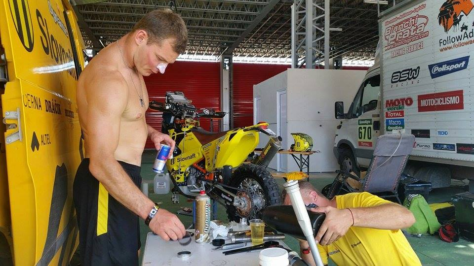 Dakar 2015 - 11 etapa - Štefan Svitkotlmiče zase väčšine jazdcov vytiekli, aj Števovi. Zlatoš robí tlmiče...bola debata o jeho super obuvi