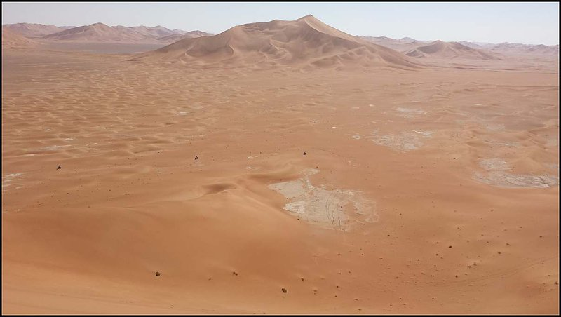 ... my traja zatiaľ obchádzame dunu. Je to fakt výška, čumíme s otvorenými ústami.