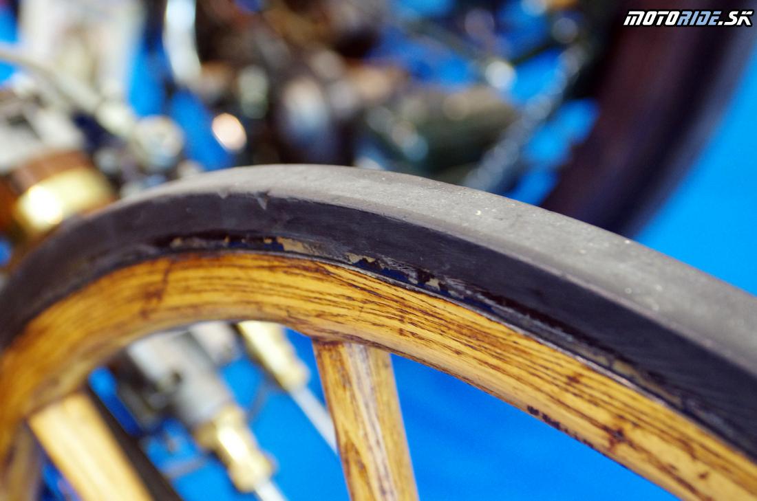 Vzduchové pneumatiky ešte neboli dostupné - Prvý parný motocykel na svete, Sylvester Howard Roper, 1867-1869 - replika originálu