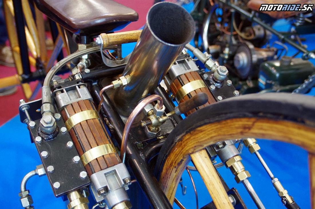 Dva piesty s vŕtaním cca 57 mm boli po bokoch rámu - Prvý parný motocykel na svete, Sylvester Howard Roper, 1867-1869 - replika originálu