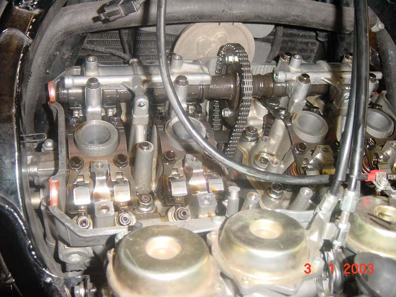 Pohľad na ventilový rozvod CBR1000F, zadná vačka je vymontovaná rovnako ako aj napínak rozvodovej reťaze...