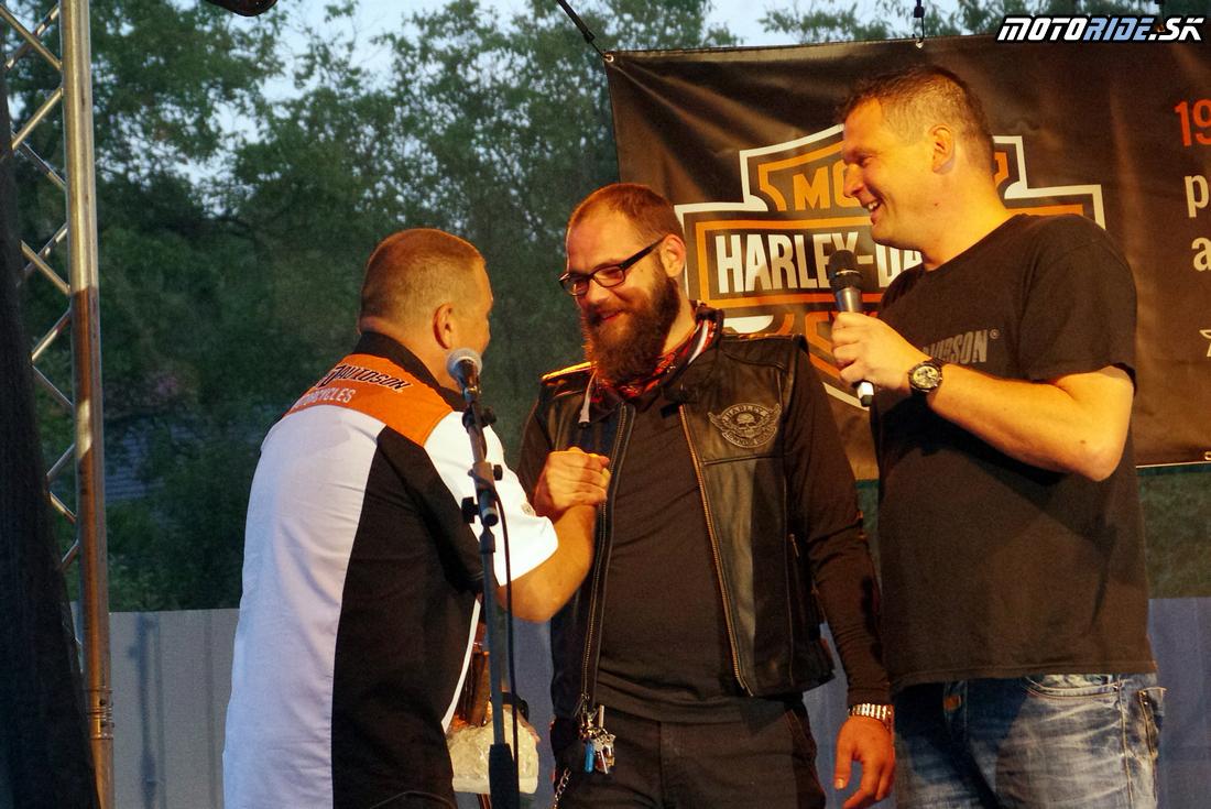 Martin Vichrest odovzdáva darček Radovi Žuborovi - Otvorenie Harley Davidson Banská Bystrica - Motoshop Žubor - 18.9.2015