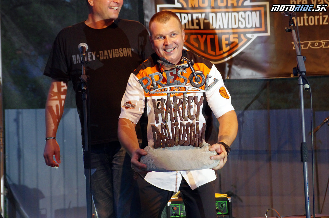 Rado Žubor a darček od HD PO - Otvorenie Harley Davidson Banská Bystrica - Motoshop Žubor - 18.9.2015