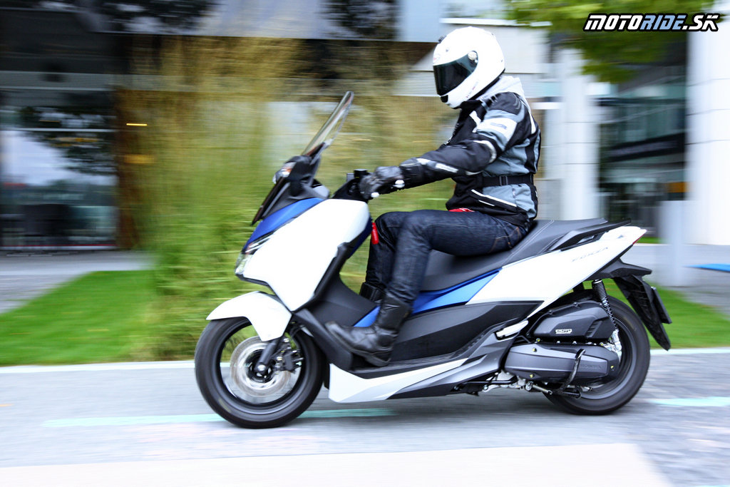 honda pcx vs forza 125 with Porovnavacka Osminiek Od Hondy Pcx Verzus Forza on Versus Honda Pcx125 Vs Yamaha X Max 125 likewise Watch together with Forum Scooter Honda Forza 300 in addition Honda Pcx 2016 Chega   Mudancas further Nouveau Xmax 125 2018 Il A Tout Des Grands 300 Et 400.