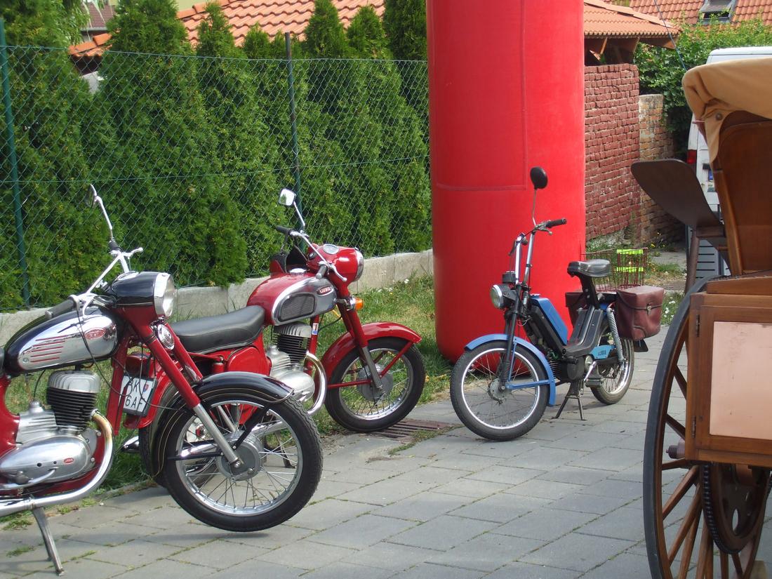 klasické moto a kolárovský nákupný košík