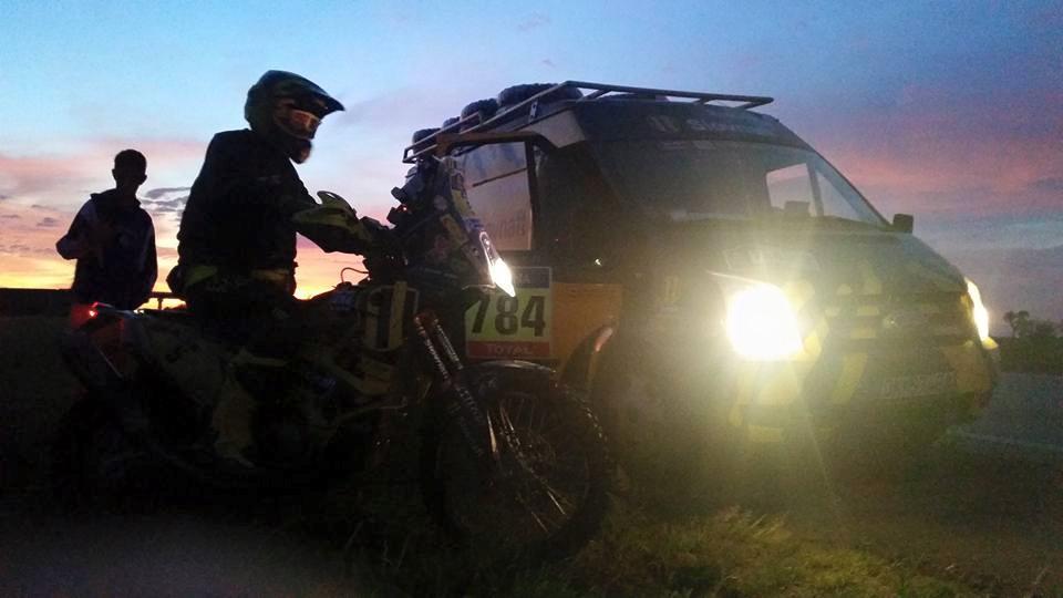 Dakar 2016 - Štefan Svitko - 1. etapa - Dobré ránko. My už máme za sebou 200km spojovačky, ideme zatiaľ všetci spolu. Veľa sme toho nenaspali, budíky nám zvonili už o 3:00. Malo by celý deň pršať tak uvidíme čo to spraví so špeciálkou.