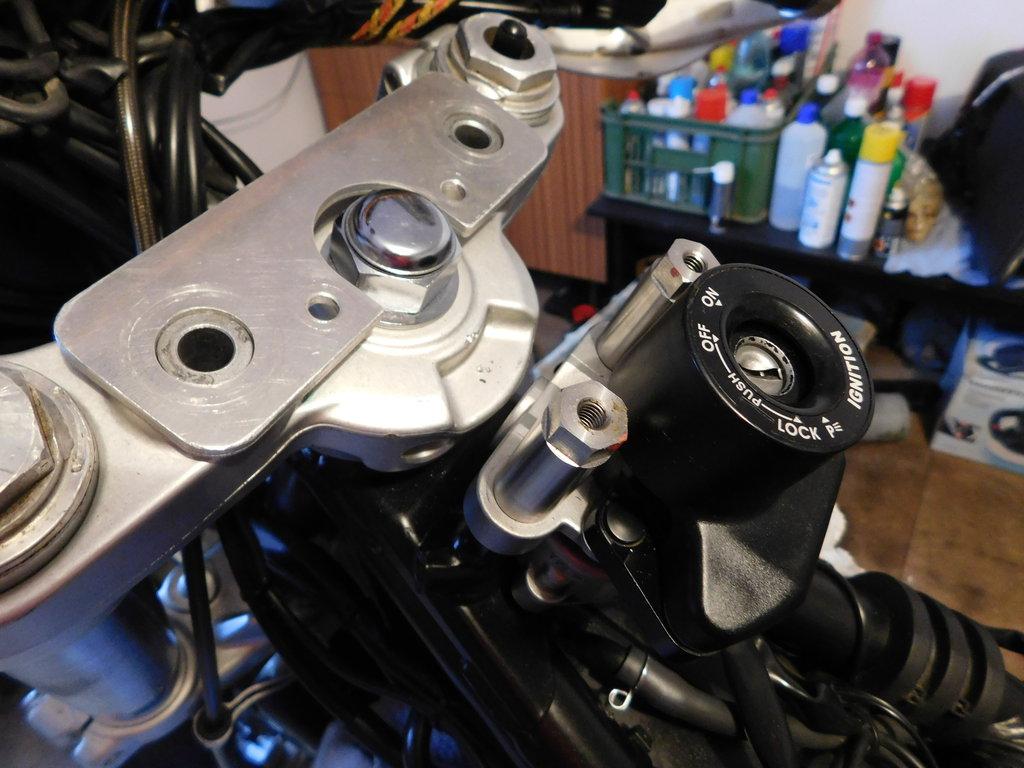 montáž skrutiek držiaka pinu tlmiča riadenia 1