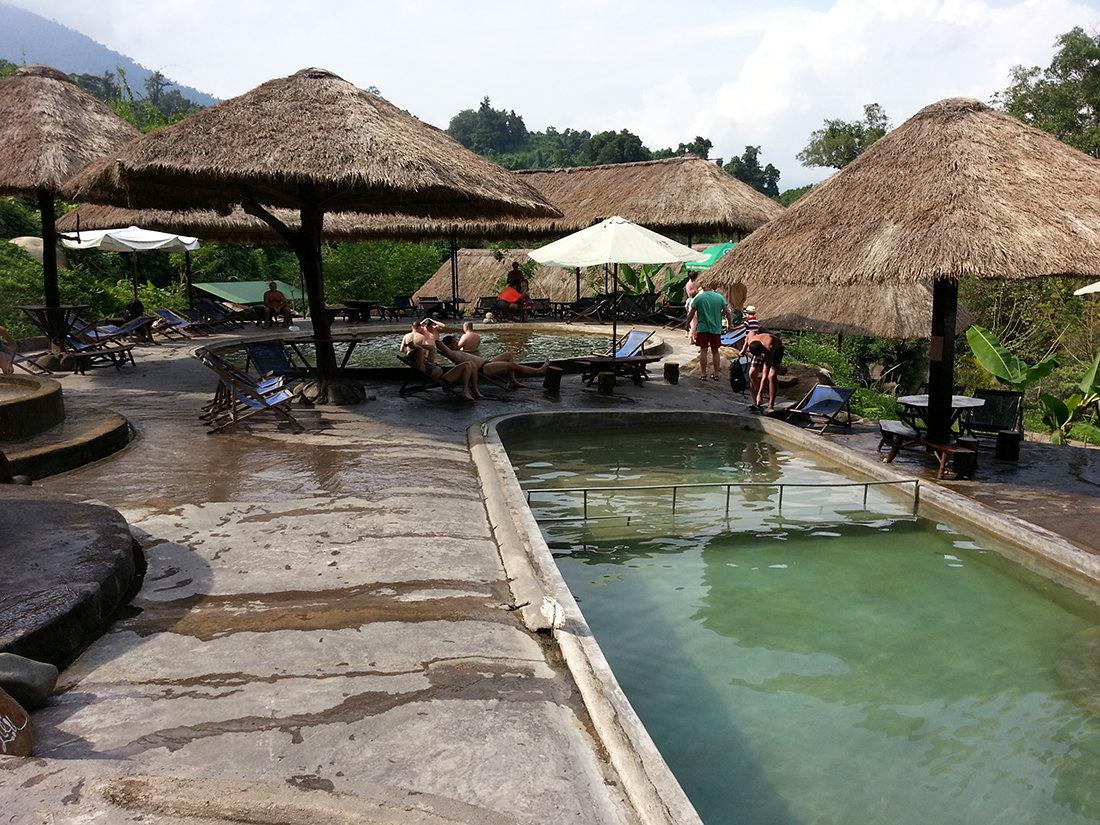 Vodopád v Yang Bay s termálnymi bazénmi