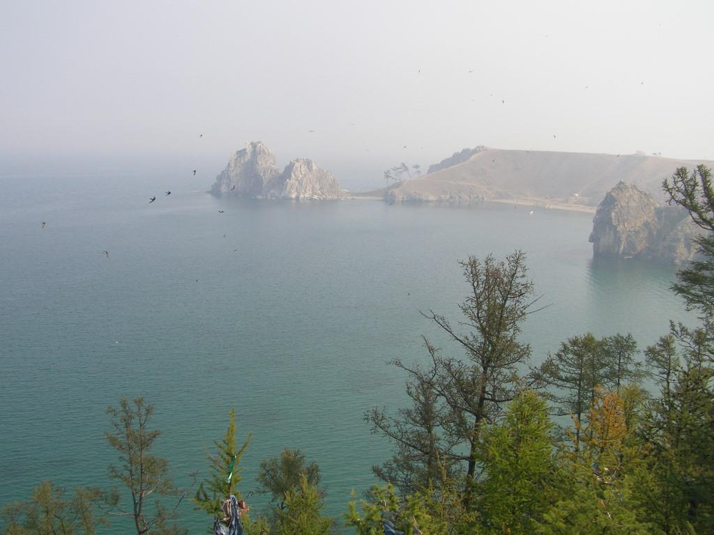 Bajkal, v pozadí Šamanské skaly