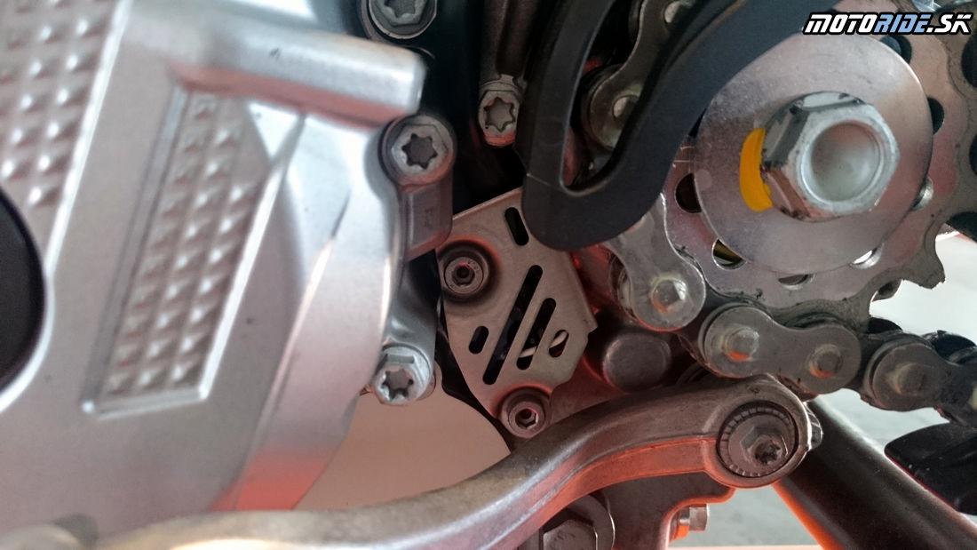 Pod krytkou pravdepodobne senzor na prevodovke - Predstavenie KTM enduro modelov 2017, Les Comes, Španielsko