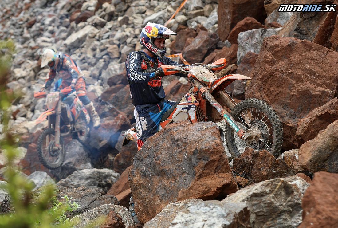 Cody Webb (KTM) za ním Alfredo Gomez (KTM) - Erzbergrodeo 2016 - Red Bull Hare Scramble