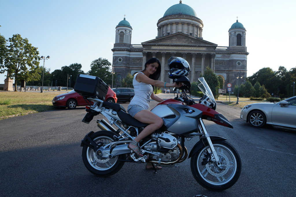 Bazilika v Ostrihome v 35 st. horúčave...takže motorkárka sa nechcela nahodiť do motooblečka :-)