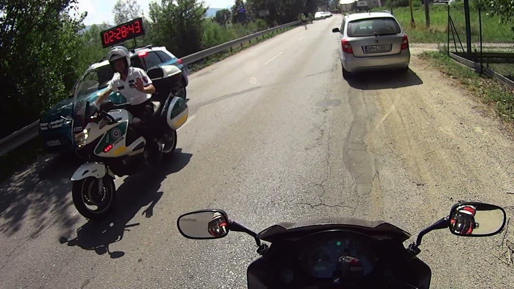 Správny motorkár pozdraví