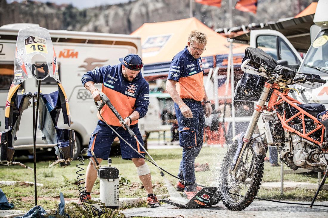 Mechnics Matthias Walkner KTM 450 RALLY Bivouac Dakar 2017 - bivak deň voľna