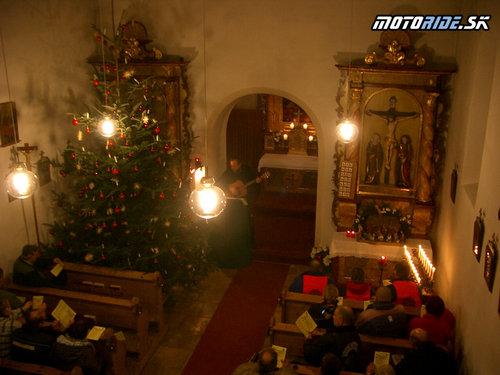 V kostole po sviečkovom pochode, kňaz hraje na gitaru a spievajú sa motorkárske songy
